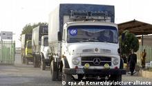 Ein Lastwagenkonvoi des UN-Kinderhilfswerk UNICEF passiert am 9.10.2001 den Grenzübergang Dogharon in der im Nordosten Irans gelegenen Provinz Khorassan auf dem Weg zu der afghanischen Stadt Herat. Die Lastwagen transportieren Medikamente und medizinische Hilfsmittel. Was auch immer funktioniert, sollte getan werden, um die Menschen zu ernähren. Es ist unbeschreiblich dringend, sagte Sprecherin Wivina Belmonte. Die Luftangriffe auf Afghanistan haben nach Angaben der UN-Hilfsorganisationen bislang nicht zu der befürchteten Massenflucht in die Nachbarländer geführt. Zugleich räumten Sprecher der größten Organisationen am 9.10. in Genf ein, dass die Militärschläge die Hilfe für die 7,5 Millionen Afghanen, die auf internationale Hilfe angewiesen sind, erschwerten.
