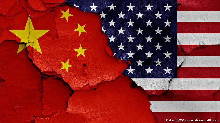Handelskrieg | Fahnen von USA und China | Symbolbild