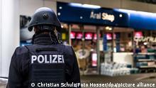 Ein Polizist sichert am frühen Morgen eine Tankstelle. Ein Angestellter der Tankstelle war in Idar-Oberstein in Rheinland-Pfalz von einem mit einer Pistole bewaffneten Mann erschossen worden. Die beiden Männer waren am Samstagabend vor dem Tankstellengebäude in Streit geraten, wie die Polizei mitteilte. Anschließend flüchtete der Täter zu Fuß.