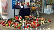 Blumen und Kerzen sind vor einer Tankstelle aufgestellt. Ein Angestellter der Tankstelle war am Samstagabend von einem mit einer Pistole bewaffneten Mann erschossen worden. Der Angestellte hatte den Kunden auf die Maskenpflicht hingewiesen, da dieser ohne Maske Bier kaufen wollte. Das kostet ihn das Leben. +++ dpa-Bildfunk +++