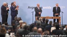 Juan Manzur (M.), Ex-Gouverneur der Provinz Tucuman, gibt sein Eid als neuer Kabinettschef unter der Regierung von Präsident Alberto Fernandez (r). Sämtliche Minister wurden nach der Niederlage bei den Vorwahlen ausgetauscht. +++ dpa-Bildfunk +++
