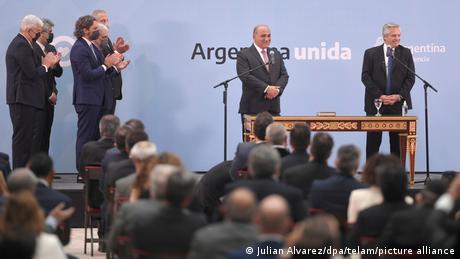 Foto de Alberto Fernández y sus nuevos ministros durante la juramentación.