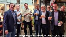 19.09.2021 Brazil's President Jair Bolsonaro (3d L) eats pizza with Caixa Economica Federal Bank President Pedro Guimaraes, General Luiz Eduardo Ramos, Tourism Minister Gilson Machado Neto, Health Minister Marcelo Queiroga and other politicians on a street ahead of the United Nations General Assembly in New York City, U.S. September 19, 2021. Picture taken September 19, 2021. INSTAGRAM/@GILSONMACHADONETO via REUTERS THIS IMAGE HAS BEEN SUPPLIED BY A THIRD PARTY. MANDATORY CREDIT NO RESALES. NO ARCHIVES