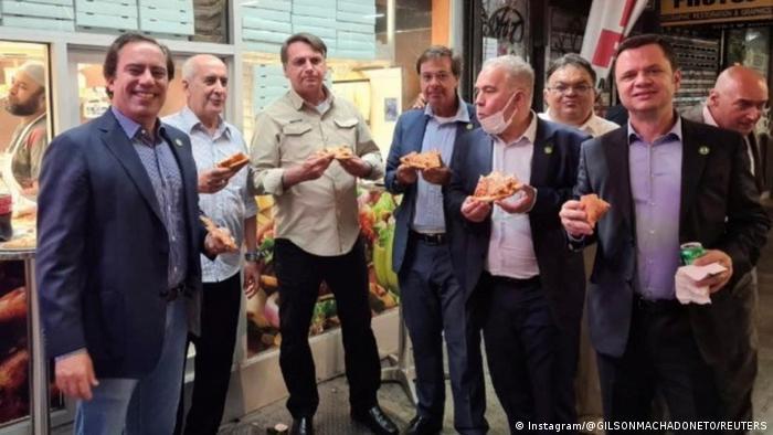 Jair Bolsonaro come piizza em rua de Nova York