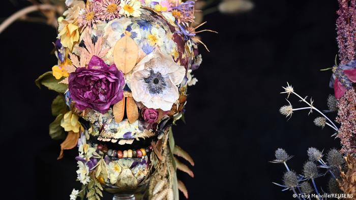 """Proletos je bila odložena zbog korone, tako da se održava tek sada, na jesen: """"RHS Chelsea Flower Show"""" – izložba cveća u Londonu. Jedan od izloženih aranžmana je i ova lobanja napravljena od osušenog cveća."""