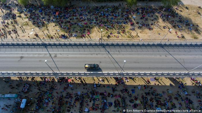 Milhares de migrantes se abrigam sob uma ponte na fronteira entre o México e os EUA