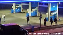 Polizisten sichern eine Tankstelle. Ein Angestellter derTankstelle ist in Idar-Oberstein in Rheinland-Pfalz von einem mit einer Pistole bewaffneten Mann erschossen worden. Diebeiden Männer waren am Samstagabend vor dem Tankstellengebäude in Streit geraten, wie die Polizei mitteilte. Anschließend flüchtete derTäter zu Fuß. +++ dpa-Bildfunk +++