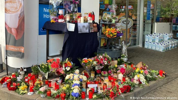 Cveće i sveće za ubijenog radnika benzinske pumpe