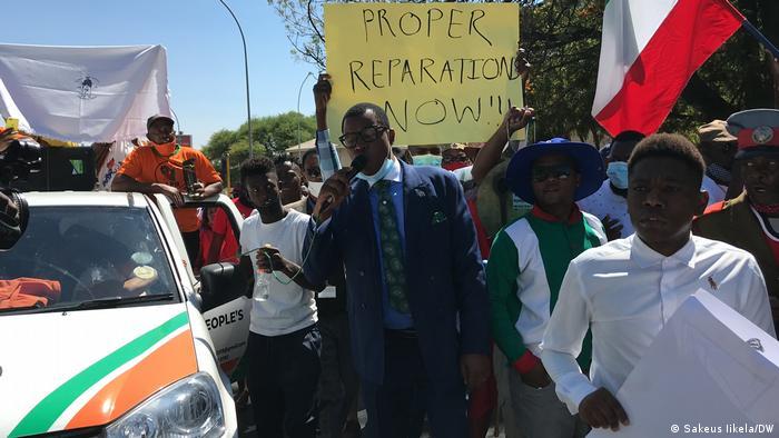 Des manifestants devant le Parlement à Windhoek contre l'accord avec Berlin sur le génocide contre les Herero et Naama.