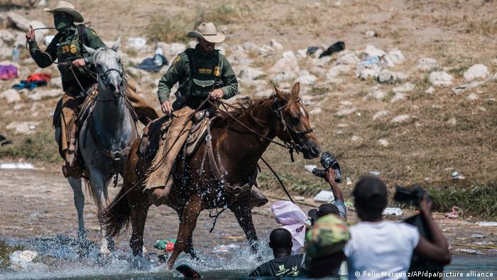 USA Mexiko Grenze l US-Zoll- und Grenzschutz versuchen Migranten abzufangen