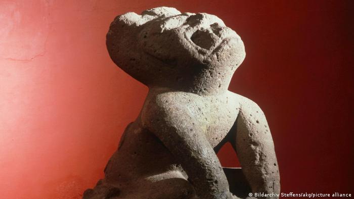Escultura de una persona con una máscara de jaguar olmeca. (1000-800 a.C.).