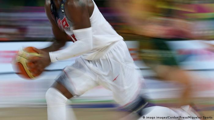 Symbolbild   Basketball   CBD Produkte im Sport