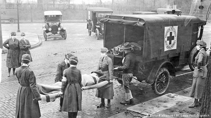 Miembros de la Cruz Roja de Estados Unidos sacan a víctimas de la pandemia de gripe de 1918 de una casa en las avenidas Etzel y Page, en San Luis (Misuri).