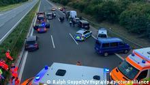 Polizisten und Helfer stehen mit ihren Fahrzeugen auf der Autobahn 9. Wegen eines mutmaßlich bewaffneten Passagiers in einem Reisebus hat die bayerische Polizei die Autobahn 9 zwischen den Anschlussstellen Hilpoltstein und Greding in beiden Fahrtrichtungen komplett gesperrt.
