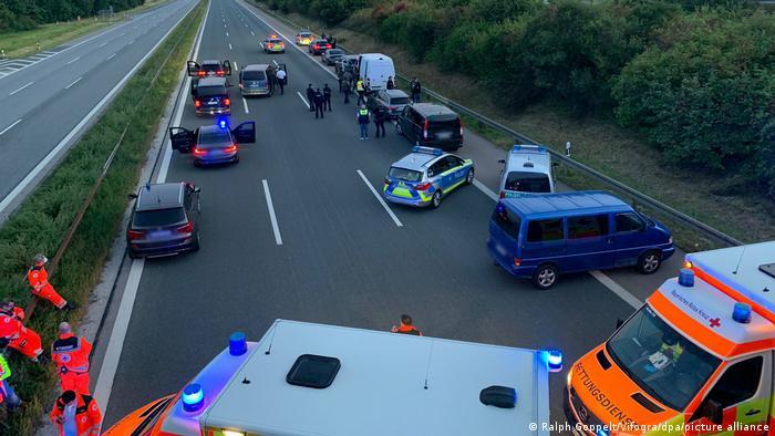 Mutmaßlich bewaffneter Fahrgast in Reisebus: A 9 voll gesperrt