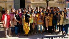 Mitglieder der afghanischen Mädchenfußballnationalmannschaft stehen für einFoto. Am späten Abend des 19.09.2021, fast drei Wochen nach dem US-amerikanischen Abzug aus Afghanistan, landeten die Mädchen und ihre Familien in Lissabon, nachdem eine internationale Koalition ihnen zu Hilfe gekommen war. +++ dpa-Bildfunk +++