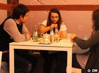 سه جوان ایرانی در کافهای در شهر بن