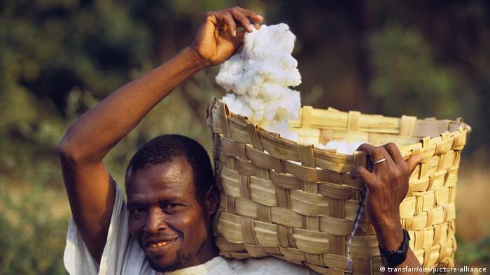 Un agricultor senegalés con algodón Fairtrade.