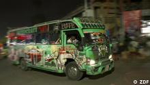 Kenia Matatu / ZDF In Nairobi prägen Matatus das Straßenbild der Stadt – meist mit knalligen Graffitis und lauter Musik.