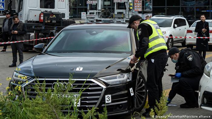 Полицейские осматривают автомобиль Сергея Шефира после нападения