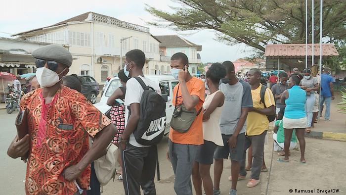 População forma longas filas para receber a vacina contra a Covid-19 em São Tomé