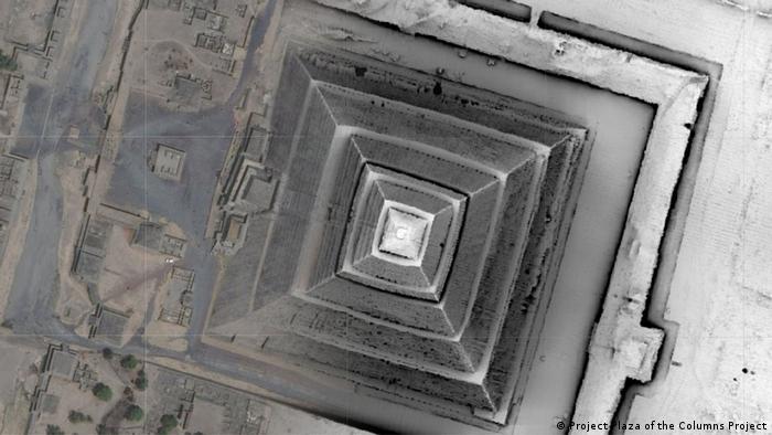Imagen de la Pirámide del Sol de Teotihuacán. La parte derecha, con tecnología LIDAR, muestra los muros enterrados y otras características arqueológicas, ausentes en la parte izquierda, que corresponde a una foto satelital.