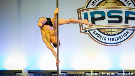 Männlicher Pole Dancer Nick Krämer