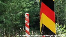Blick am Montag 13.07.2020 in einem Waldstück nahe dem deutsch-polnischen Grenzübergang unweit von Linken Landkreis Vorpommern Greifswald auf einen deutschen und einen polnischen Grenzpfosten. An der Grenze hat im Verlauf des Tages der Bau einer temporären Wildschutzbarriere zur Abwehr der Afrikanischen Schweinepest. Die Afrikanische Schweinepest breitet sich derzeit in zahlreichen europäischen Wildschweinbeständen immer mehr aus. Hinsichtlich dessen hat das Land Mecklenburg Vorpommern einen Maßnahmenkatalog aufgelegt, um die Einschleppung der ansteckenden Tierseuche zu verhindern. Jetzt startete im Verlauf des Tages der Landwirtschaftsminister des Landes Mecklenburg Vorpommern Dr. Till Backhaus den Aufbau eines Zaunes der verhind