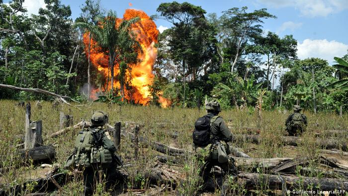 Militares de EE. UU. incendia un campo de cultivo de cocaína en Colombia.