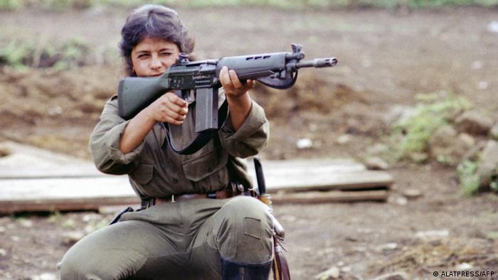 Una mujer guerrillera de las FARC.