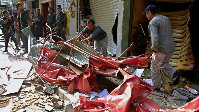 Las FARC no mostraban ninguna consideración por las víctimas civiles, como aquí en Medellín, en 2003, cuando un coche bomba hirió a 30 personas y mató a seis, entre ellas a un niño pequeño.