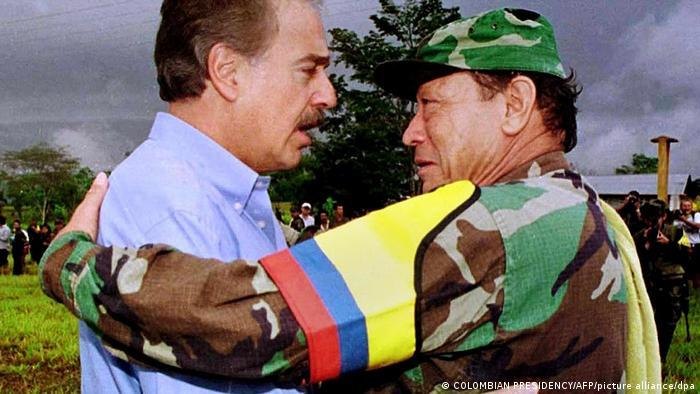 En 2001, el líder de las FARC Manuel Marulanda (derecha) se reúne con el presidente Andrés Pastrana para reanudar las conversaciones de paz. Pero la reunión no tuvo éxito.