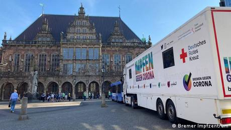 A mobile vaccination truck in front of Bremen City Hall