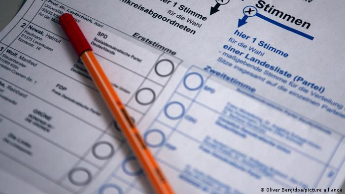 En Alemania, el elector tiene dos votos, uno por un candidato en especial y el otro por un partido.