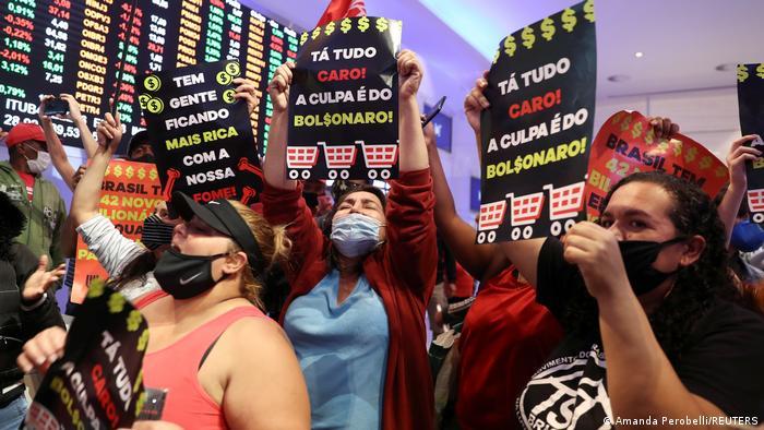 Manifestantes protestam na sede da Bolsa de Valores em São Paulo