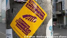 10.04.2019, Berlin: Ein Aufkleber mit der Aufschrift Spekulation bekämpfen! Deutsche Wohnen & Co. enteignen! klebt an einem Laternenpfahl an der Friedrichstraße. Foto: Wolfram Steinberg/dpa