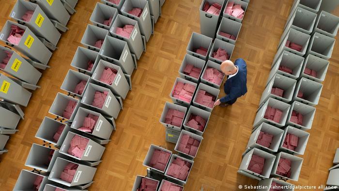 شهروندان میتوانند در آلمان رای خود را از طریق پست ارسال کنند. پاندمی کرونا باعث شده است که شمار بیشتری از مردم از این امکان استفاده کنند و نیازی به حضور در پای صندوقهای رایگیری نباشد.