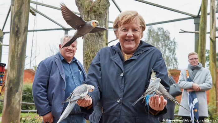 أنغيلا ميركل مستشارة ألمانيا داخل حديقة مارلو للطيور