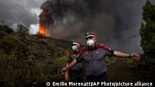 23/09/2021*** A police officer orders journalists to leave the area during a media tour near the volcano on the island of La Palma in the Canaries, Spain, Wednesday, Sept. 22, 2021. A volcano on a small Spanish island in the Atlantic Ocean erupted on Sunday, forcing the evacuation of thousands of people. Experts say the volcanic eruption and its aftermath on a Spanish island could last for up to 84 days. The Canary Island Volcanology Institute said Wednesday it based its calculation on the length of previous eruptions on the archipelago. (AP Photo/Emilio Morenatti)