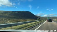 Einzelne PKW auf der Straße durch die Highlands, Schottland