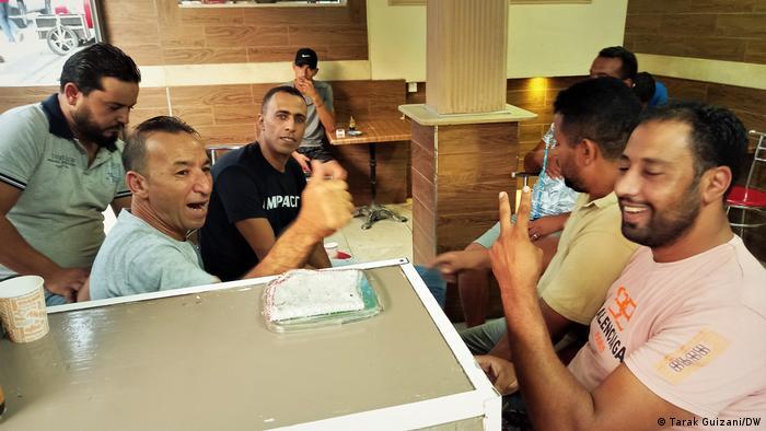 شباب تونسيون في مقهى شعبي في العاصمة تونس