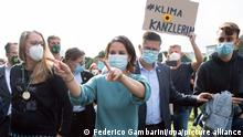 Annalena Baerbock (M), Parteivorsitzende und Kanzlerkandidatin von Bündnis 90/Die Grünen, nimmt an der Demonstration von Fridays for Future in Köln teil. Die Aktivisten fordern sozial gerechte und effektive Maßnahmen, um den globalen Temperaturanstieg auf 1,5 Grad Celsius zu begrenzen.
