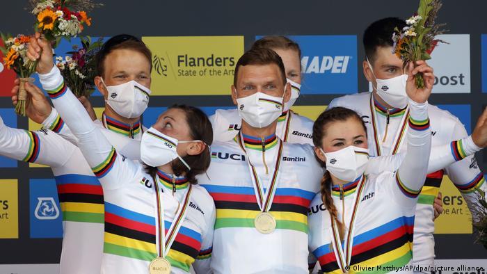 Die deutsche Mixed-Staffel feiert die Goldmedaille