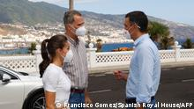 Spain's King Felipe VI and Queen Letizia speak with Spain's Prime Minister Pedro Sanchez (R) prior visiting people displaced from their homes by the volcanic eruption at the El Fuerte barracks in Brena Baja on the Canary Island of La Palma, on September 23, 2021. (Photo by Francisco Gomez / Casa de S.M. el Rey / AFP) / RESTRICTED TO EDITORIAL USE - MANDATORY CREDIT AFP PHOTO / Francisco GOMEZ / Spanish Royal House - NO MARKETING - NO ADVERTISING CAMPAIGNS - DISTRIBUTED AS A SERVICE TO CLIENTS