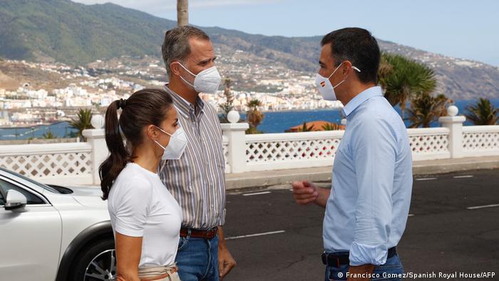Spaniens Regierungschef Pedro Sánchez (r.) war gemeinsam mit König Felipe VI. und Königin Letizia auf La Palma