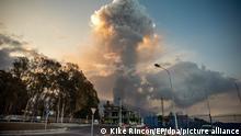 Der Vulkan Cumbre Vieja stößt in der Morgendämmerung eine große Aschesäule aus. Die Lava hat seit Beginn des Ausbruchs am 19. September eine Fläche von 180,1 Hektar bedeckt und dabei bisher 390 Gebäude und 14 Kilometer Straßen zerstört, wie die Satellitenüberwachung des Copernicus-Programms der Europäischen Union ergab. +++ dpa-Bildfunk +++