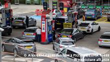September 25, 2021, London: London, UK. Large queues form on the second day of the fuel crisis at a petrol station on the A3 near Kingston, south-west London today as desperate motorists stop to fill up. Yesterday, petrol stations across London and the South East were on critical levels with many running out of fuel as oil giants struggle to maintain deliveries due to the lack of HGV drivers. (Credit Image: © Alex Lentati/London News Pictures via ZUMA Press Wire