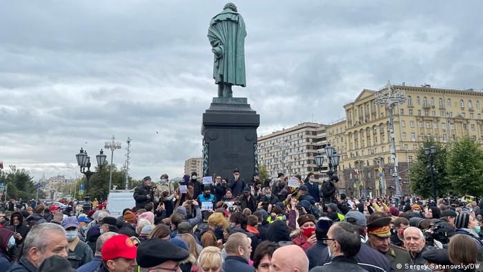 a crowd stands around a statue in Moskau
