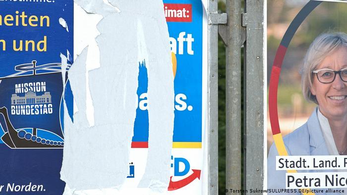 Deutschland I Abgerissenes AfD Wahlplakat in Schleswig