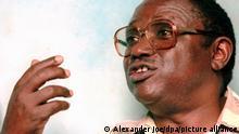 Einer der mutmaßlichen Drahtzieher des Massakers in Ruanda 1994, Oberst Theoneste Bagosora, gibt am 11.07.1996 im Zentralgefängnis von Yaounde in Kamerun ein Interview. Darin sagte er, daß es keinen Genozid gegeben habe. 1994 waren in Ruanda innerhalb von 100 Tagen über eine halbe Million Menschen brutal abgeschlachtet worden. Nun bemüht sich das Ruanda-Tribunal in Kamerun um eine Auslieferung des mutmaßlichen Hauptdrahtziehers und sogenannten mastermind Bagasora. Er soll sich vor dem Ruanda-Tribunal der UNO in Arusha in Tansania und vor einem Gericht in Brüssel verantworten.